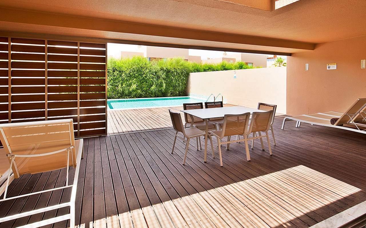 Uteplats mot poolen i Salgados under Longstay Portugal Algarve | Sunbirdie